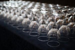 お客様のワイングラスがずらりと並ぶ